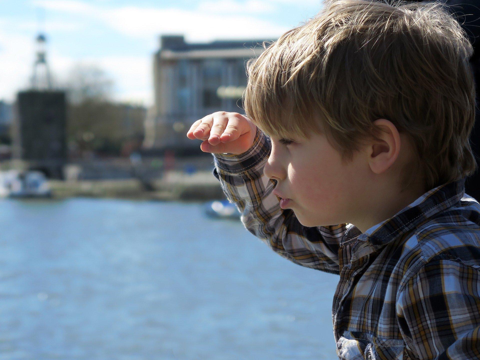 Kind im Hafen
